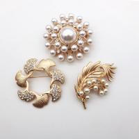 Zinklegierung Broschen, mit Kunststoff Perlen, goldfarben plattiert, verschiedene Stile für Wahl & Micro pave Strass & für Frau, frei von Nickel, Blei & Kadmium, 48mm,50mm,35*54.9mm, ca. 4PCs/Menge, verkauft von Menge
